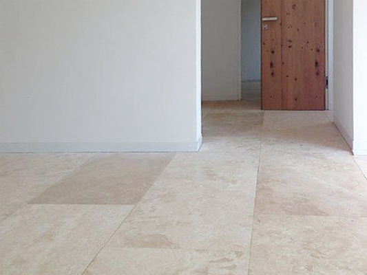 Boden: Material: Travertin hell Oberfläche: gespachtelt und geschliffen