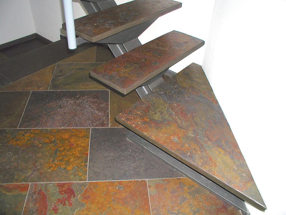 Treppe freitragend: Material: Schiefer Bombay Oberfläche: spaltrau Sichtkanten gerade/gefast und geschliffen