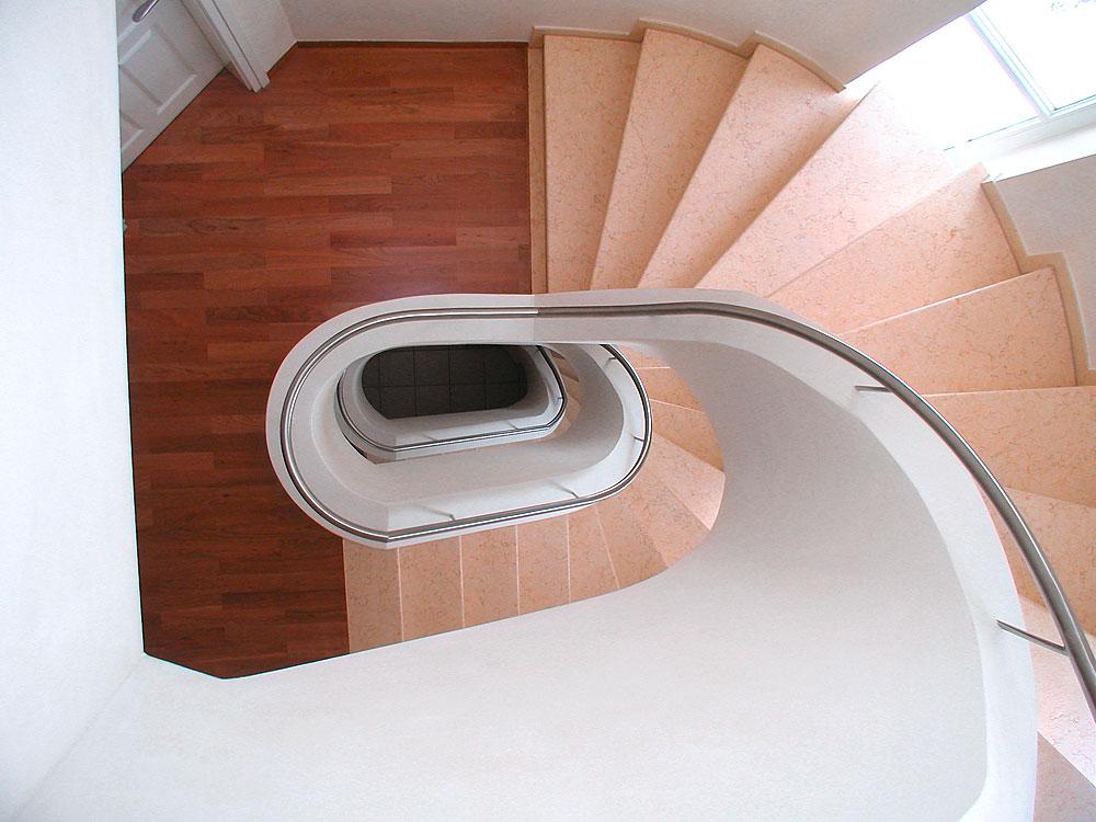 Treppe: Material: Giallo Atlantide Oberfläche: gebürstet gewendelt