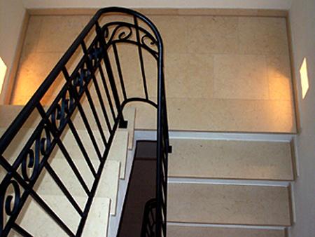 Treppe: Material: Giallo Atlantide hell Oberfläche: leicht gebürstet gerade, ohne Setzstufen