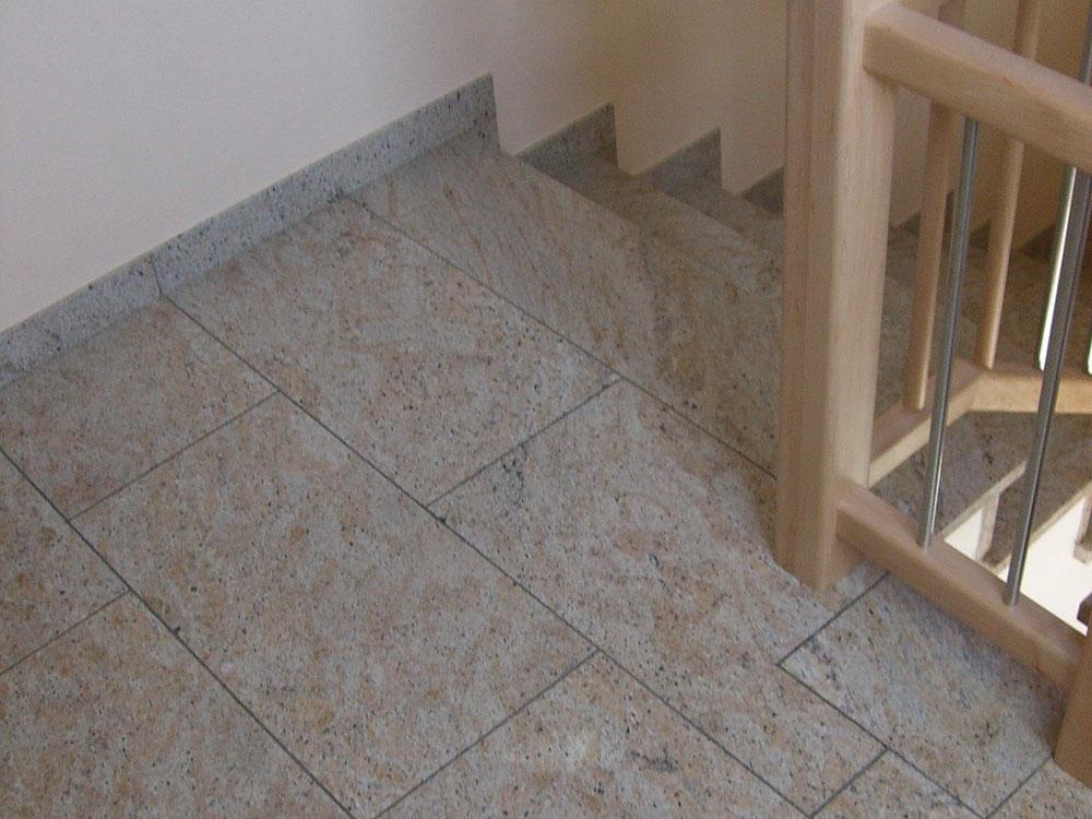 Treppe: Material: Kashmir Creme Oberfläche: poliert gerade, m it Setzstufen