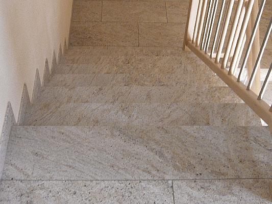 Treppe: Material: Kashmir Creme Oberfläche: poliert gerade, mit Setzstufen