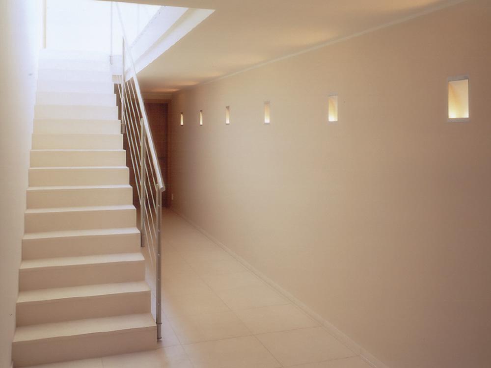 Treppe: Material: Limra Oberfläche: geschliffen gerade, mit Setzstufen