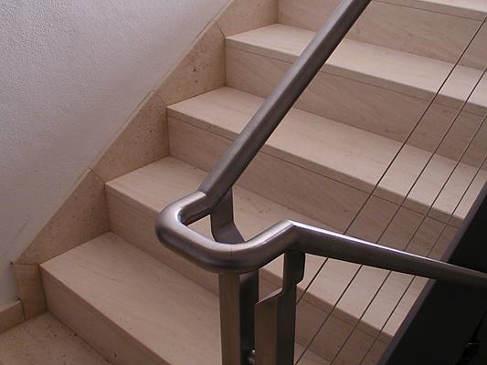 Treppe: Material: Mocca Creme Oberfläche: feingeschliffen gerade, mit Setzstufen