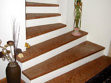 Treppe: Material: Rosso Verona Oberfläche: antik gewendelt, ohne Setzstufen