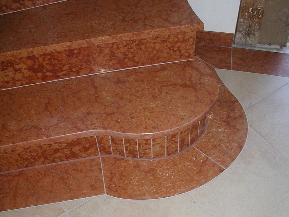 Treppe: Material: Rosso Verona Oberfläche: gebürstet gewendelt, mit Setzstufen