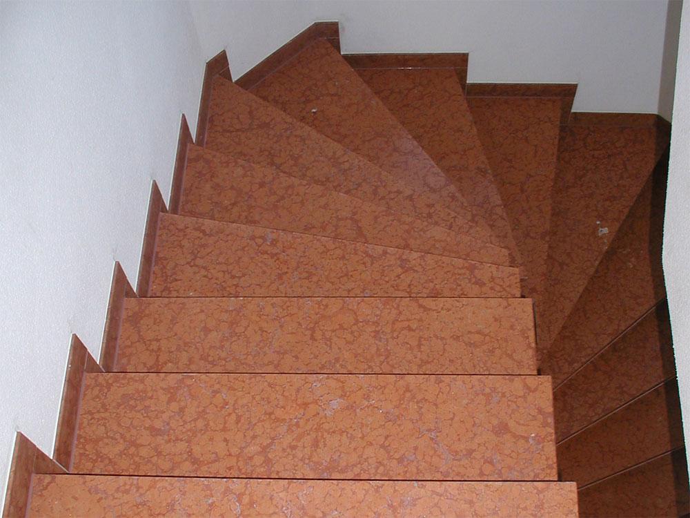 Trittstufen: Material: Rosso Verona Oberfläche: gebürstet gewendelt, mit Setzstufen