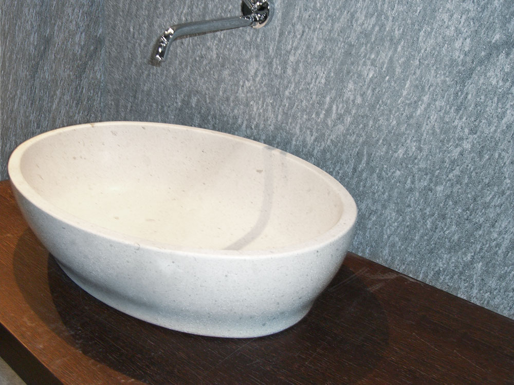 Waschtisch: Rückwand: Material: Serpentin Waschschale: Material: Miros Oberfläche: gebürstet