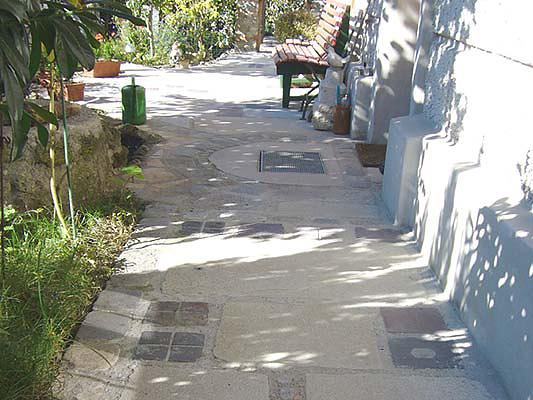 Boden: Material: Bayernwaldgranit, Krustenplatten Oberfläche: sandgestrahltBoden: Material: Bayernwaldgranit, Krustenplatten Oberfläche: sandgestrahlt