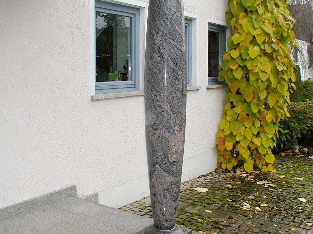 Säule: Material: Paradiso Bush Oberfläche: poliert Aussentreppe: Material: Bayerwald Granit Oberfläche: geflammt