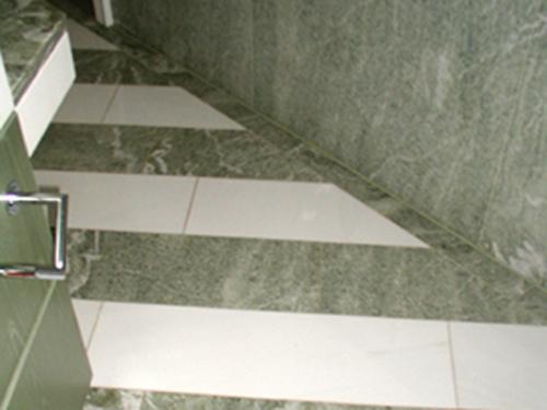 Boden: Material: Verde Spuga / Thassos Oberfläche: poliert
