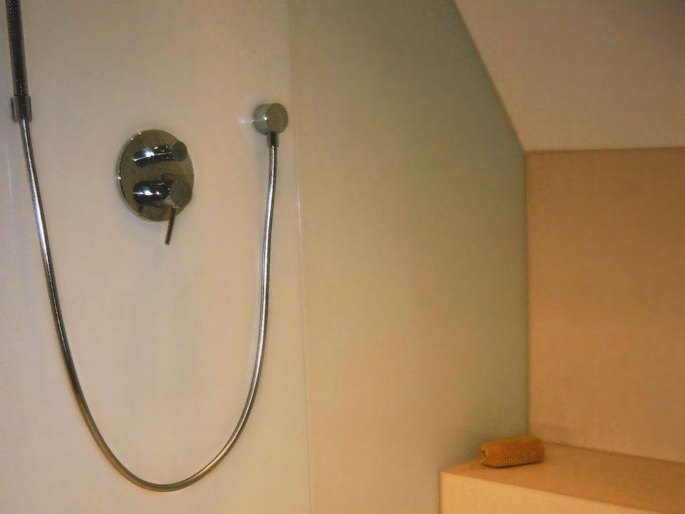 Duschboden / Duschwand: Material: Limra Oberfläche: leicht gebürstet mit Ablaufrinne