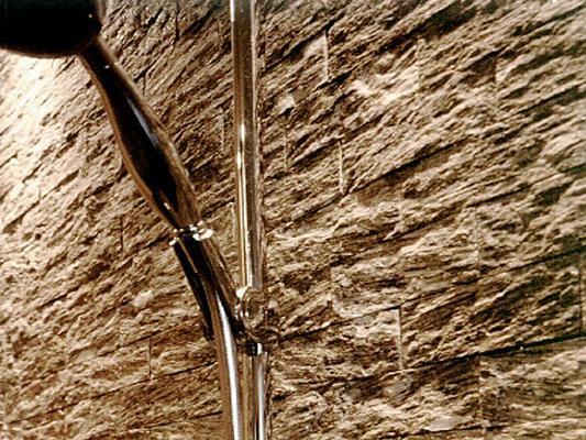 Dusche: Material: Beola Riemchen Oberfläche: spaltrau