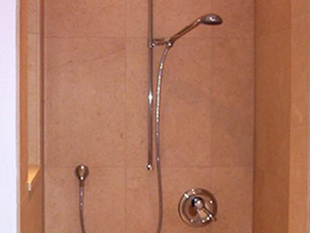 Dusche: Material: Giallo Atlantide Oberfläche: leicht gebürstet Bearbeitung: Duschboden 2 cm stark. 4-tlg.