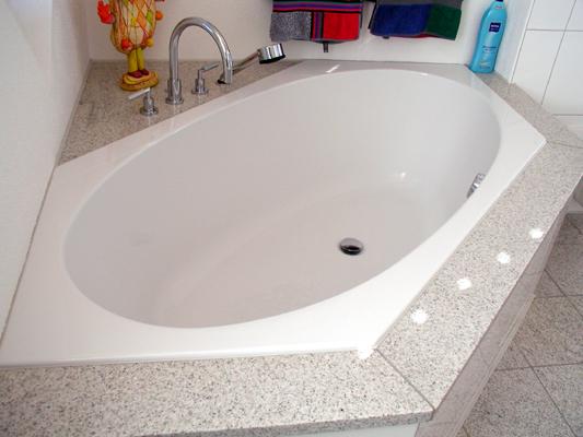 Badewannenabdeckung: Material: Imperial White Oberfläche: poliert