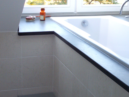 Badewannenabdeckung: Material: Schiefer anthrazit Oberfläche: spaltrau Wände: Material: Biancone antik