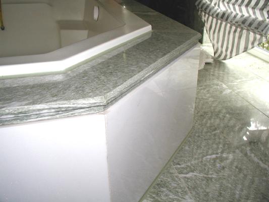 Badewannenabdeckung: Material: Verde Spluga Wände: Material: Thassos Boden: Oberfläche: poliert