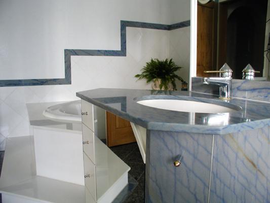 Waschtisch: Material: Azul Macauba Oberfläche: poliert Badewannenabdeckung: Material: Thassos Oberfläche: poliert