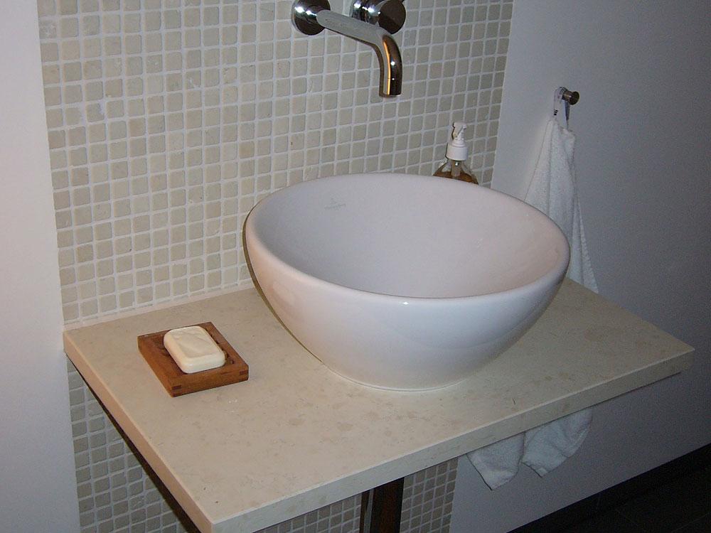 Waschtisch: Material: Biancone Oberfläche: gebürstet Rückwand: Material: Mosaik Biancone Boden: Material: Schiefer grau/grün Oberfläche: spaltrau