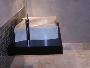 Duschboden / Duschwand: Material: Limra Oberfläche: leicht gebürstet mit Ablaufrinne Waschtisch: Material: Moccacreme Boden: Material: Moccacreme Oberfläche: feingeschlifffen