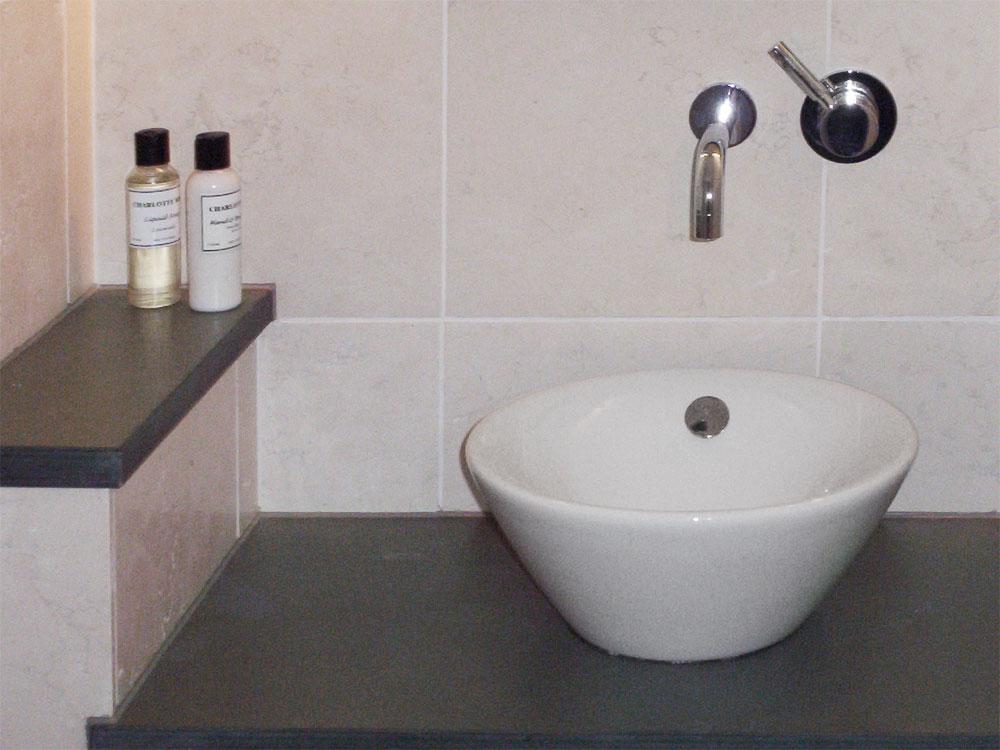 Waschtisch: Material: Schiefer anthrazit Oberfläche: spaltrau Wände: Material: Biancone antik