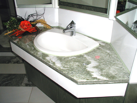 Waschtisch: Material: Verde Spluga Verkleidung: Material: Thassos Oberfläche: poliert
